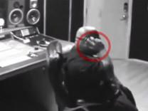Ünlü şarkıcının yüzünde telefon patladı!