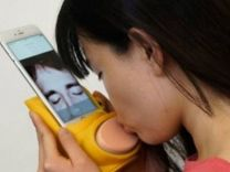 Japonlardan öpüştüren cep telefonu