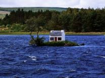 Nehrin ortasında sıra dışı ev! İlginç fotoğraflar