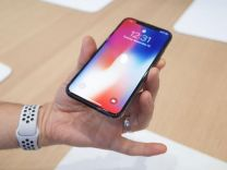iPhone X'i alır almaz elinden düşürdü!