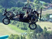 Manş'ı uçan arabayla geçen adam