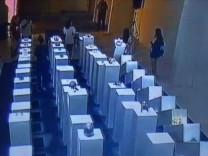 Selfie çekerken 200 bin dolarlık heykelleri domino taşı gibi yıktı! İşte o görüntüler