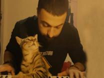Kedisini uyandırmadan patileriyle piyano çalan türk genci, beğen butonunu çökertti