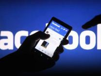 Facebook'a renk geliyor