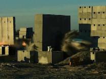 Bir tonluk bomba ses hızını aşıp betonu deldi