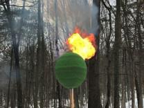 42 bin kibritten küre yapıp ateşe verdi!