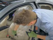 Araba koltuğunu kesip biçti! İçinden bakın neler çıktı?
