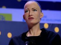 Kendini insan gibi hissetmediğini söyleyen robot Sophia