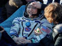 Kadın astronot, dünyaya rekorla döndü!