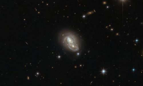 Hubble Teleskobu Tavşan Takımyıldızı'nda 'galaksi ikizi' keşfetti