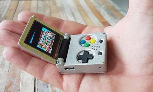 Anahtarlık büyüklüğünde Game Boy