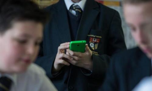Fransa'da öğrencilerin cep telefonu kullanımı yasaklandı