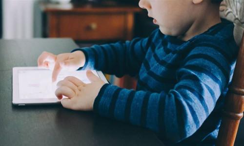 Cep telefonları 'bakıcı anne' gibi kullanılıyor