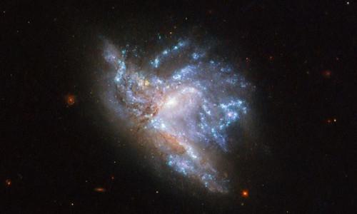 NASA paylaştı! İki galaksi iç içe geçti