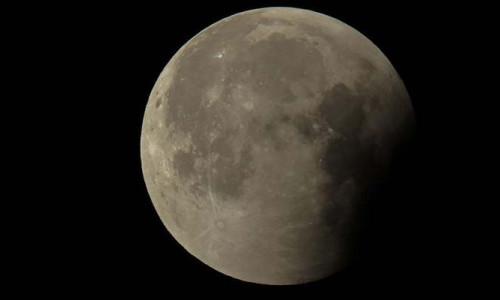 Şok! Ay küçülüyor!