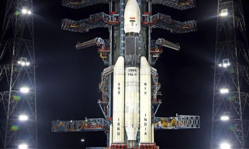 Hindistan Ay' da su arayacak uzay aracını fırlattı