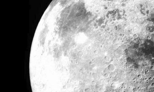 Ay'ın karanlık yüzeyinde görülmemiş bir madde bulundu