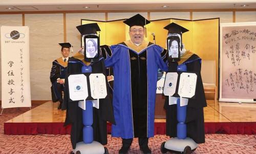 Korona virüs nedeniyle robotlar aracılığıyla mezun oldular