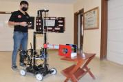 Hastalarla teması azaltan ilaç teslimat robotu