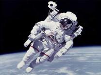 NASA Ay'da kullanılacak astronot kıyafetlerini test etmeye başladı