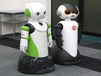 Japonya'da maske takmayanları uyaran robotlar göreve başladı