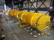 NASA Ay'a ilk kadını taşıyacak dev roketleri birleştiriyor