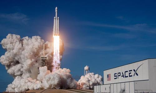 SpaceX'in ilk insanlı uzay aracı bugün kalkış yapacak