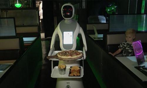 İngiltere'nin ilk robot garsonlu restoranı