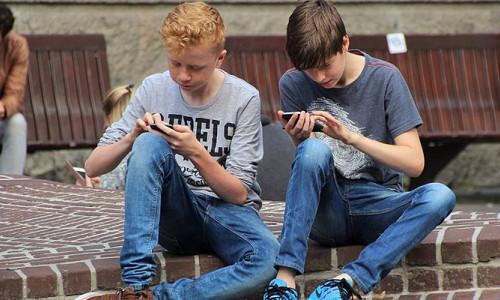 İngiltere'de yapılan araştırmaya göre '10 gençten 4'ü telefonsuz yaşayamıyor'