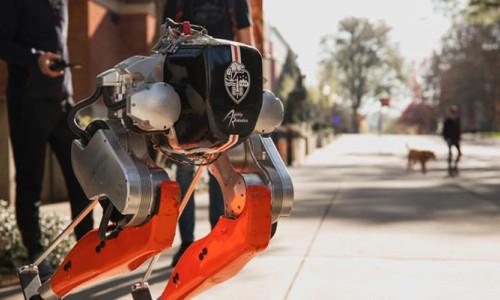 Koşmayı öğrenen iki ayaklı robot Cassie, tarih yazdı!